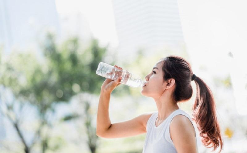 https: img.okezone.com content 2020 06 16 481 2231029 4-manfaat-minum-air-putih-nomor-1-menghilangkan-racun-di-tubuh-kerhc7Ip4k.jpg