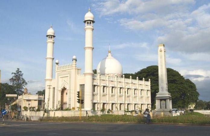 https: img.okezone.com content 2020 06 16 614 2230932 jaga-jarak-sosial-masjid-ini-pakai-kartu-pintar-untuk-jamaah-ZgPsJRauCG.JPG