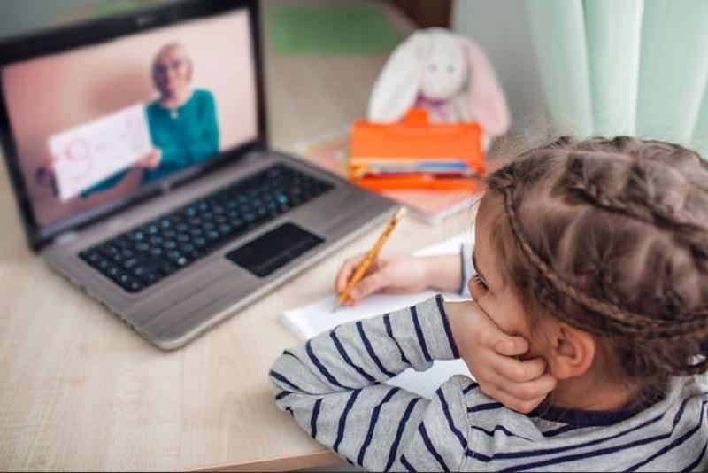 https: img.okezone.com content 2020 06 17 196 2231875 catat-ini-kelebihan-dan-kekurangan-sekolah-online-yang-wajib-orangtua-tahu-t4edBxvWbF.jpg