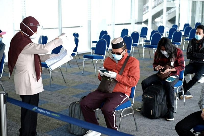 https: img.okezone.com content 2020 06 17 320 2231566 pergerakan-penumpang-di-bandara-turun-40-3-OaPAuiBZRV.jpg