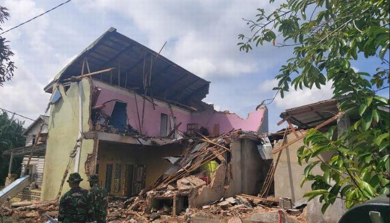 https: img.okezone.com content 2020 06 17 340 2231789 tni-au-akan-perbaiki-rumah-warga-yang-tertimpa-pesawat-tempur-hawk-HDTwrTEAkS.jpg