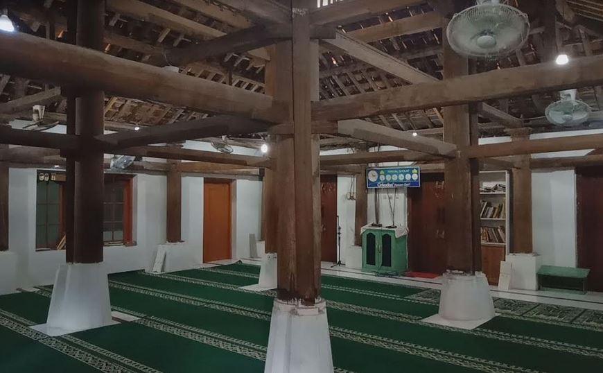https: img.okezone.com content 2020 06 17 615 2231746 menguak-makna-ukiran-aksara-kuno-di-masjid-gamel-cirebon-ndJ1xuCbZB.JPG