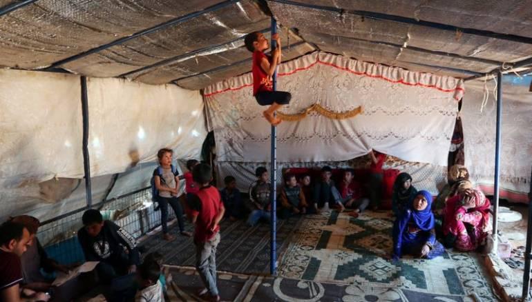 https: img.okezone.com content 2020 06 18 18 2232065 hidup-di-tenda-dengan-16-anak-ahmad-dan-keluarganya-terancam-kelaparan-K4dBYMZdyh.jpg