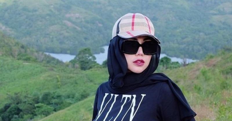 https: img.okezone.com content 2020 06 18 33 2232056 bella-shofie-beberkan-alasan-kenakan-hijab-dengan-baju-ketat-tjop4Bgh9f.jpg