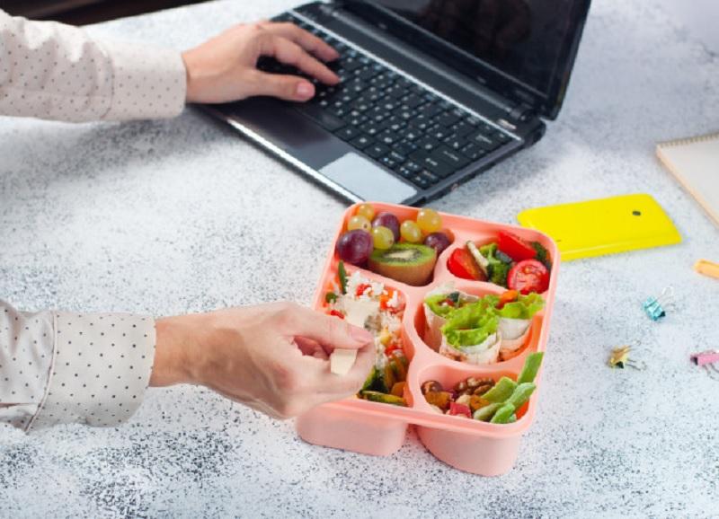 https: img.okezone.com content 2020 06 18 481 2232213 tips-aman-makan-siang-di-kantor-cek-nutrisi-bekal-anda-HewmopaNzZ.jpg