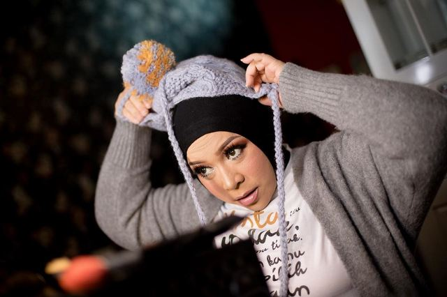 https: img.okezone.com content 2020 06 18 617 2232030 5-inspirasi-gaya-hijab-nyentrik-ala-melly-goeslaw-berani-tampil-beda-yc3nyAClr8.jpg
