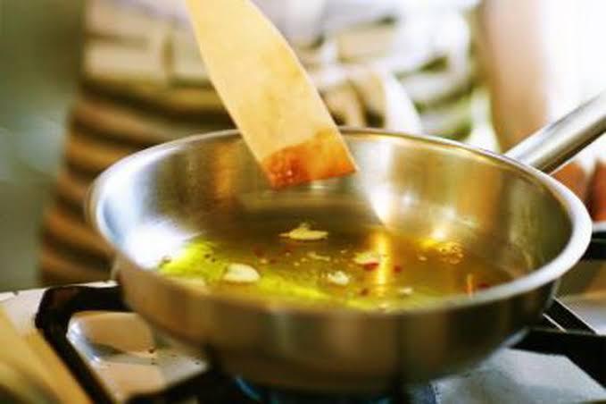 https: img.okezone.com content 2020 06 19 298 2232679 5-pilihan-minyak-goreng-sehat-untuk-memasak-tJophlTdHZ.jpg