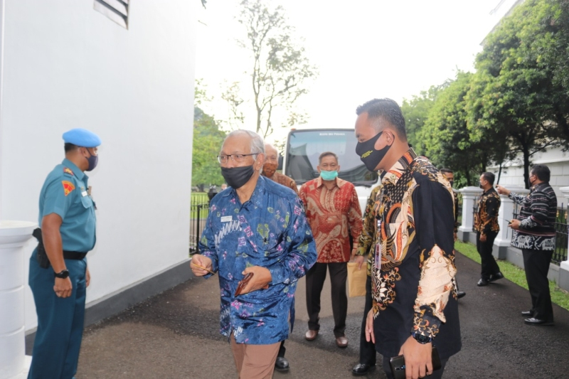 https: img.okezone.com content 2020 06 19 337 2233022 bertemu-presiden-mahfud-md-purnawirawan-tni-polri-tak-mau-pancasila-tercabik-cabik-JSiMpy4f9y.jpg