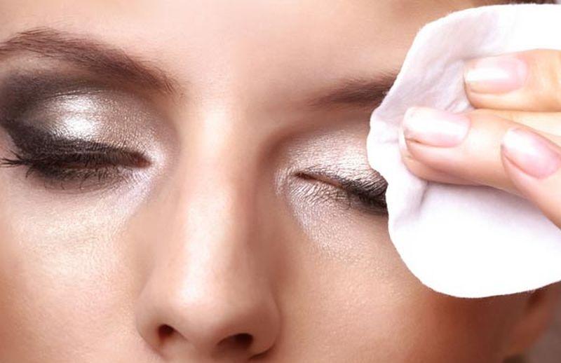 https: img.okezone.com content 2020 06 19 611 2232691 3-kesalahan-bersihkan-makeup-di-mata-yang-paling-sering-terjadi-alGPcWehYe.jpg