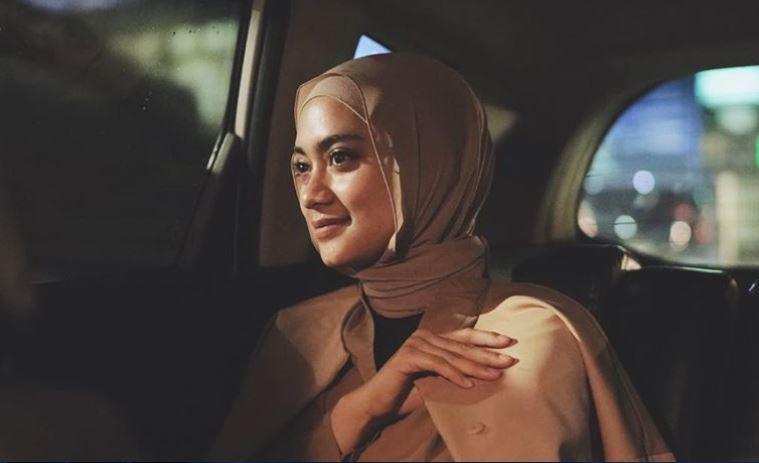 https: img.okezone.com content 2020 06 19 617 2232758 jadi-styling-director-ayudia-jangan-bingung-mix-and-match-hijab-yxuLmxgPxn.JPG