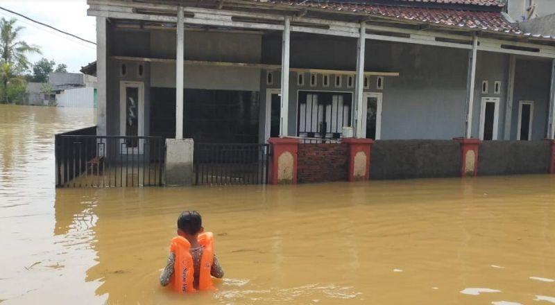 https: img.okezone.com content 2020 06 20 525 2233376 banjir-di-tasikmalaya-kembali-meninggi-ratusan-keluarga-terisolir-oARcKvRQYd.jpg