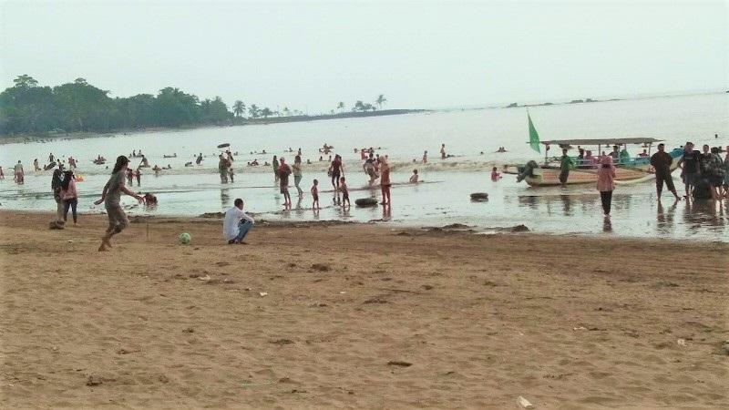 https: img.okezone.com content 2020 06 21 406 2233915 akhir-pekan-pantai-anyer-diserbu-wisatawan-lokal-4oybp1yNpo.jpg