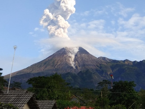 https: img.okezone.com content 2020 06 21 510 2233754 gunung-merapi-erupsi-2-kali-pagi-ini-masyarakat-diminta-waspada-BWX0c2DiVX.jpg