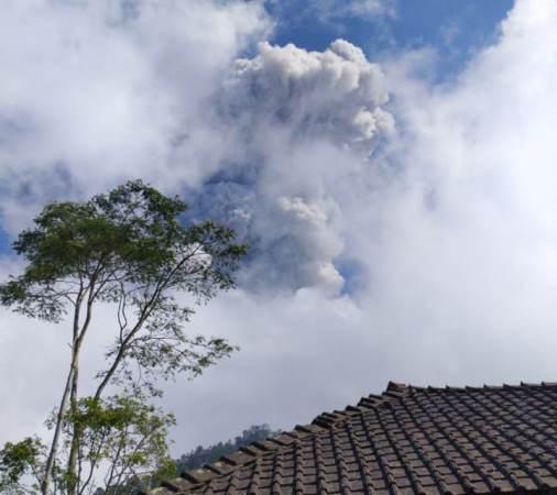 https: img.okezone.com content 2020 06 21 512 2233812 gunung-merapi-erupsi-warga-tlogolele-boyolali-dengar-suara-gemuruh-bGzF8eNpmI.jpg