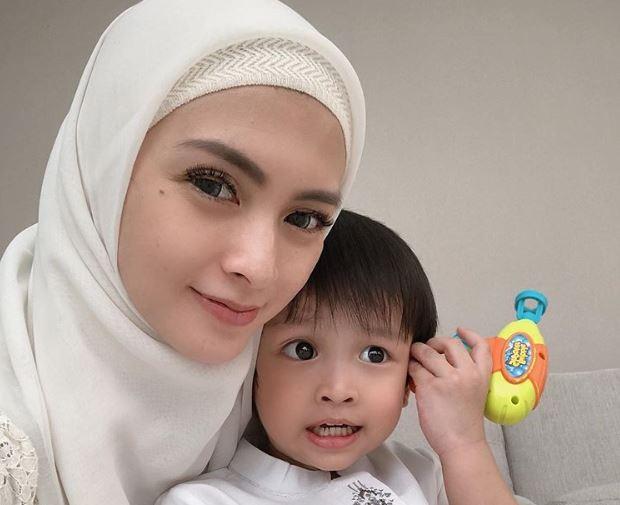 https: img.okezone.com content 2020 06 21 617 2233855 intip-kekompakan-hijaber-donita-dan-putranya-pakai-outfit-matching-SOO4vdtY00.JPG