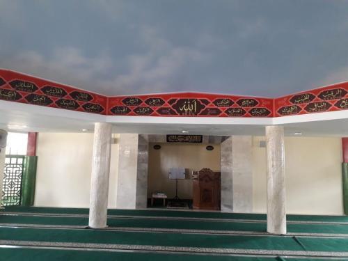 https: img.okezone.com content 2020 06 22 615 2234278 melihat-masjid-babah-alun-yang-unik-dan-berseni-di-kolong-tol-jakarta-o8m4NJrrpV.jpg