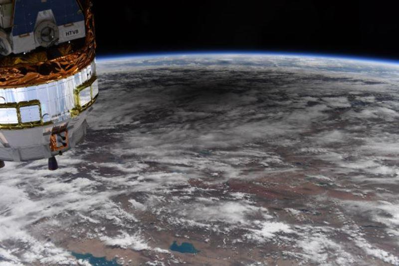 https: img.okezone.com content 2020 06 23 16 2234792 foto-bayangan-bulan-saat-gerhana-matahari-dilihat-dari-luar-angkasa-idBcvAR1Q8.jpg