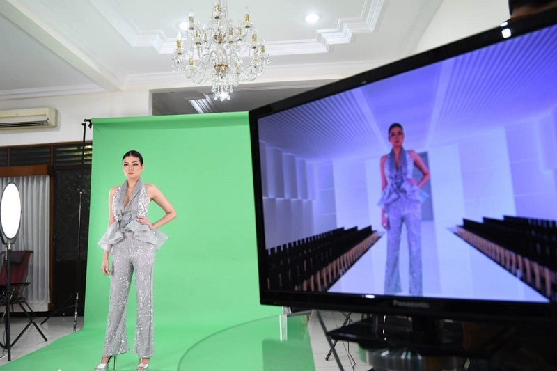 https: img.okezone.com content 2020 06 23 194 2234790 new-normal-uniknya-fashion-show-virtual-dengan-green-screen-qoo1l0GVGz.jpeg
