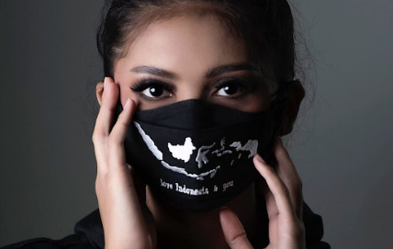 https: img.okezone.com content 2020 06 23 194 2234828 semakin-jadi-fashion-desainer-ini-ciptakan-masker-dengan-peta-indonesia-kS0laOqWsU.jpg