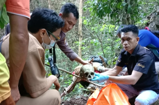 https: img.okezone.com content 2020 06 23 340 2235272 kerangka-manusia-ditemukan-di-tebing-gunung-borong-natoa-WY8JQh9LYx.jpg