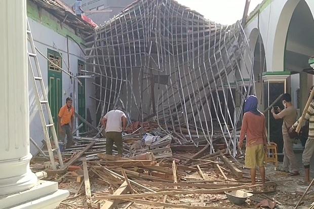 https: img.okezone.com content 2020 06 24 525 2235805 atap-masjid-berusia-100-tahun-di-cirebon-tiba-tiba-ambruk-GNxrmhDe9t.jpg