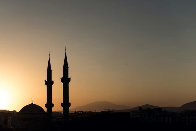 https: img.okezone.com content 2020 06 24 614 2235386 cara-unik-imam-masjid-di-amerika-beri-peringatan-soal-covid-19-0rX47V2f3h.jpg