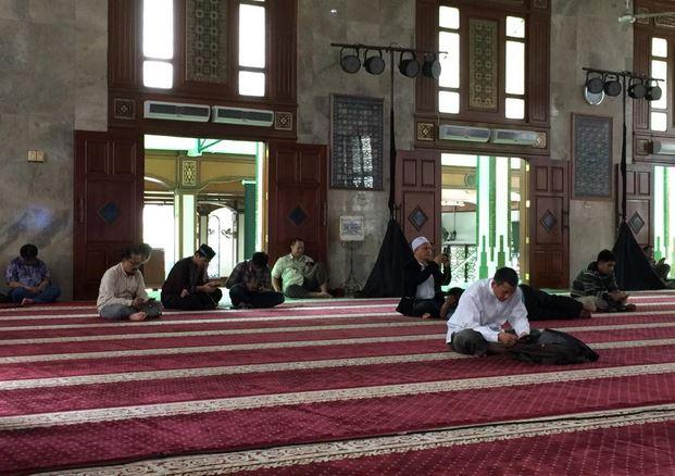 https: img.okezone.com content 2020 06 25 330 2236534 anjuran-rasulullah-dahulukan-kaki-kanan-saat-masuk-masjid-ugOeGBnXhY.JPG