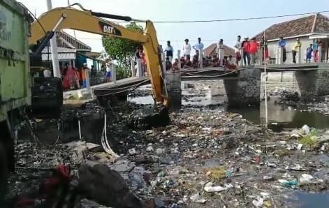 https: img.okezone.com content 2020 06 25 519 2236539 puluhan-tahun-penuh-sampah-sungai-dekat-permukiman-padat-di-pasuruan-dikeruk-KKWuk5mg1v.jpeg