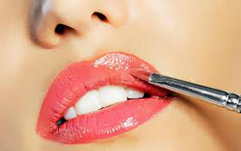 https: img.okezone.com content 2020 06 25 611 2236423 3-trik-pakai-lipstik-untuk-bibir-lebar-dan-tebal-o9hAID8SQZ.jpg