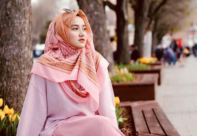 https: img.okezone.com content 2020 06 25 617 2236326 3-gaya-hijab-dress-flowery-ala-wirda-mansur-imut-dan-cantik-SQvNe2YpaV.JPG