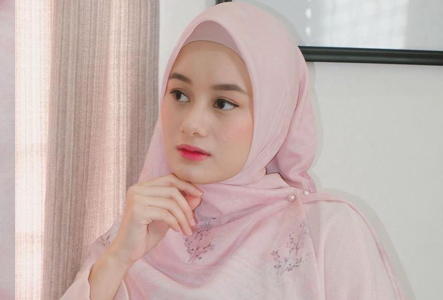 https: img.okezone.com content 2020 06 25 617 2236381 4-inspirasi-gaya-hijab-kasual-monokrom-nycta-gina-hingga-hamidah-Spdbvshb9M.JPG