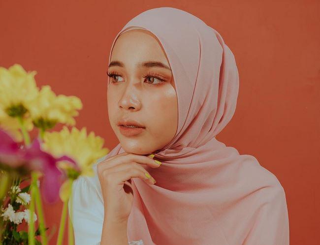 https: img.okezone.com content 2020 06 25 617 2236393 sibling-goals-tampilan-kompak-hijaber-indy-ratna-pratiwi-bareng-sang-kakak-9MSQVDI1nJ.JPG