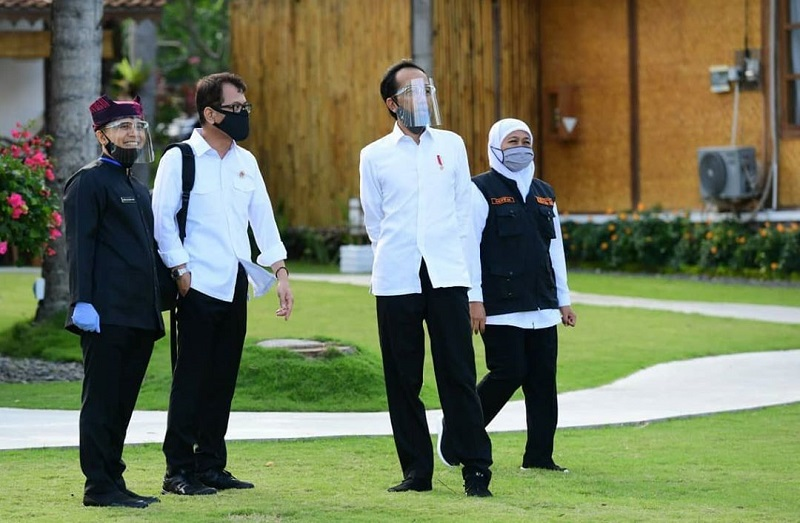 https: img.okezone.com content 2020 06 26 194 2236752 kunjungi-banyuwangi-presiden-jokowi-tetap-pilih-gaya-andalannya-JhjMFvE6I1.jpg