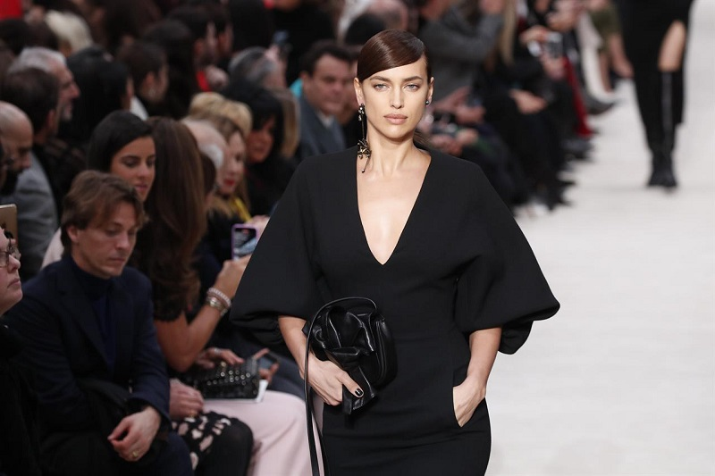 https: img.okezone.com content 2020 06 26 194 2236809 paris-fashion-week-siap-digelar-september-2020-khusus-busana-wanita-3LcKHnkkYf.jpg