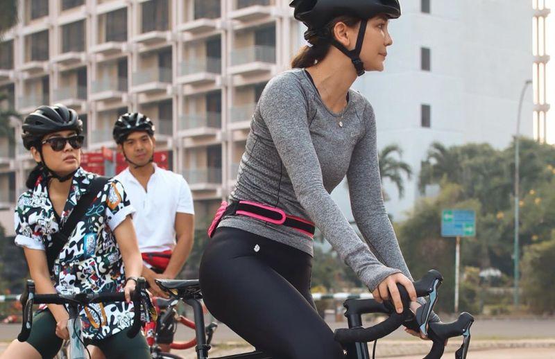 https: img.okezone.com content 2020 06 26 612 2236987 gaya-sporty-luna-maya-gowes-sepeda-rp60-juta-duh-cantiknya-0VOpC1985s.jpg