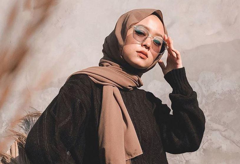 https: img.okezone.com content 2020 06 26 617 2236721 4-inspirasi-paduan-outfit-oversized-ala-selebgram-deana-hanifa-hqBVxb7P2d.JPG