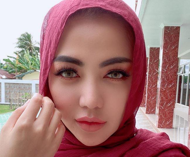 https: img.okezone.com content 2020 06 26 617 2237014 3-gaya-hijab-nyentrik-ala-bella-shofie-bisa-jadi-inspirasi-lzXApkRblG.JPG