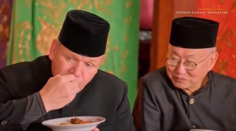 https: img.okezone.com content 2020 06 29 298 2238435 punya-tradisi-makan-bajamba-alasan-william-wongso-ajak-gordon-ramsay-ke-sumbar-ZZQzfj0sBa.jpg