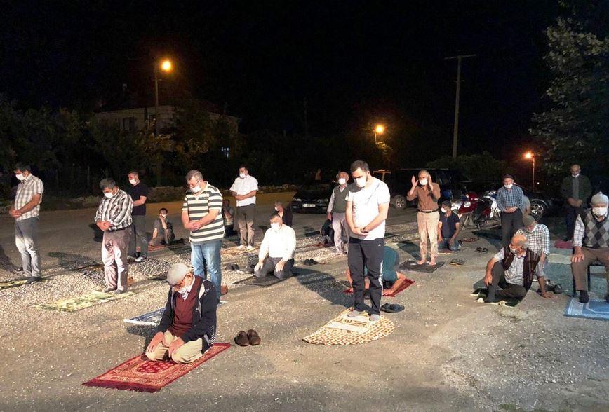 https: img.okezone.com content 2020 06 29 614 2238017 protes-imam-masjid-jamaah-sholat-di-depan-warung-kopi-pNn6QtghgQ.JPG