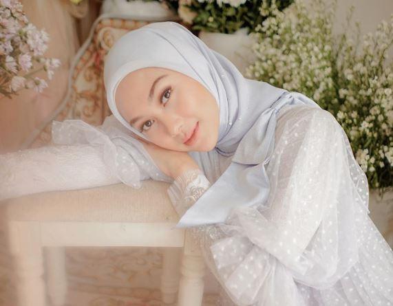 https: img.okezone.com content 2020 06 29 617 2238321 4-inspirasi-gaun-putih-untuk-hijabers-sambut-idul-adha-Bqxthawk4V.JPG