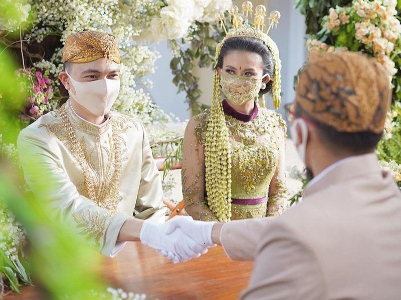 https: img.okezone.com content 2020 06 30 194 2238594 tips-pilih-kebaya-untuk-nikah-di-masa-pandemi-covid-19-K2sxWhYvkA.jpg