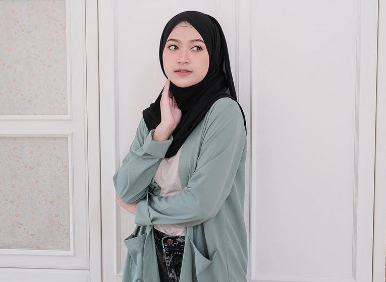 https: img.okezone.com content 2020 06 30 617 2238705 tips-make-up-cepat-buat-hijabers-ala-sari-endah-pratiwi-9BbEADrVMm.JPG