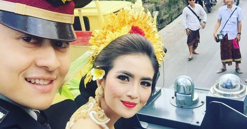 https: img.okezone.com content 2020 07 01 33 2239310 hut-bhayangkara-4-artis-cantik-ini-menikah-dengan-polisi-8leRjzdABs.jpg