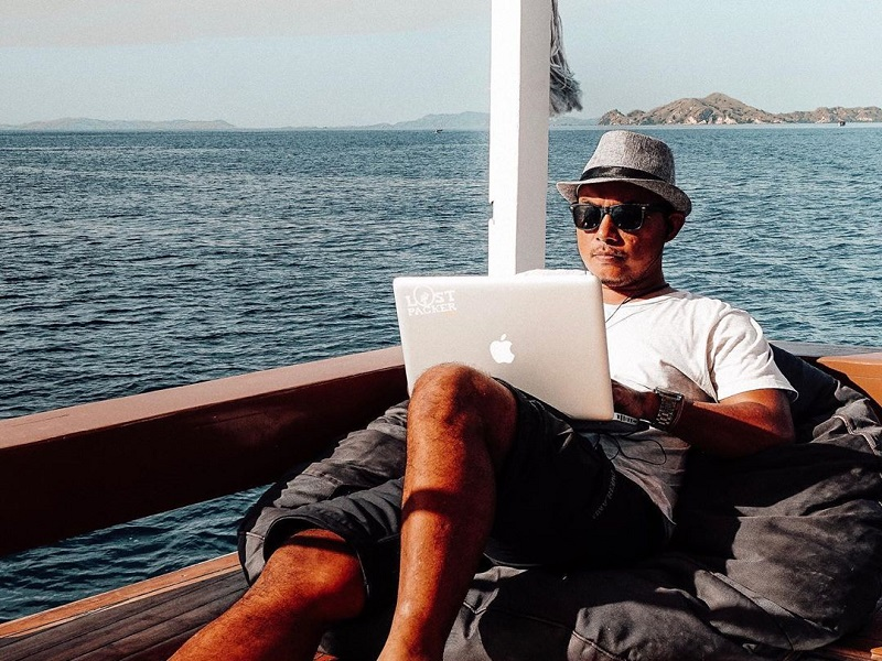 https: img.okezone.com content 2020 07 01 406 2239270 tips-menjadi-travel-blogger-sukses-bisa-keliling-dunia-gratis-ov4r3Eff1r.jpg