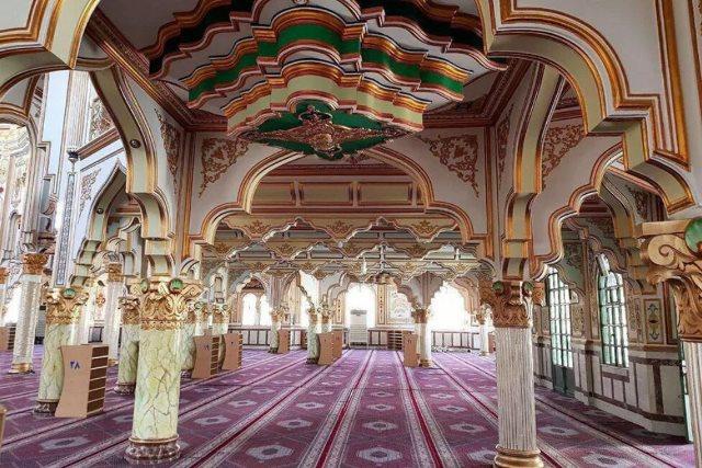 https: img.okezone.com content 2020 07 01 615 2239402 melihat-keindahan-masjid-jami-shafei-dengan-interior-atmosfer-1gjw31YhiD.jpg