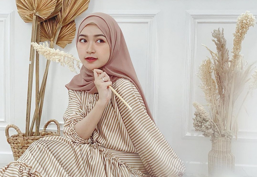 https: img.okezone.com content 2020 07 01 617 2239325 5-inspirasi-hijab-dengan-outer-ala-beauty-influencer-sari-endah-pratiwi-bTO8xnowQu.PNG