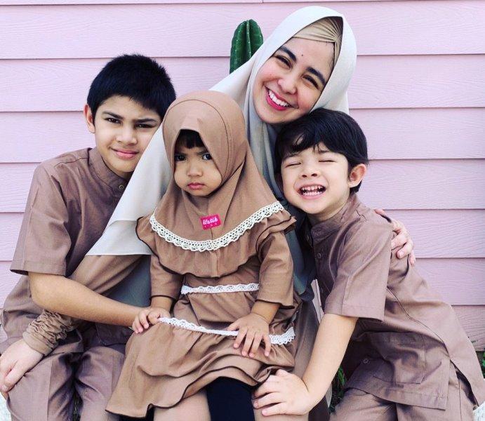 https: img.okezone.com content 2020 07 01 617 2239733 risty-tagor-hingga-donita-ini-gaya-busana-mom-hijabers-bersama-keluarga-jOTGCjSILM.jpg