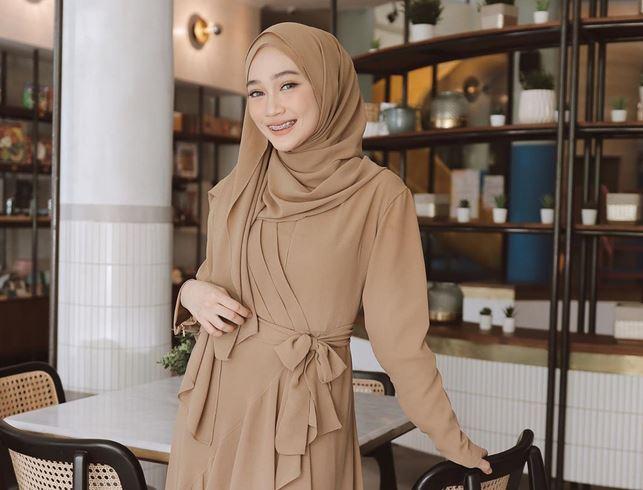 https: img.okezone.com content 2020 07 01 617 2239747 3-inspirasi-busana-hijab-sleepwear-style-ala-selebgram-sinta-sri-antan-22TWHnexJQ.JPG