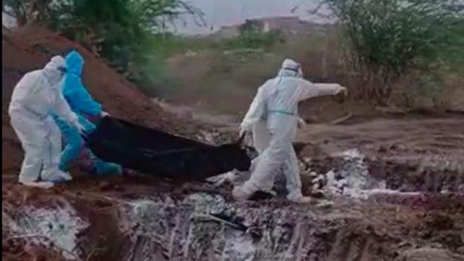 https: img.okezone.com content 2020 07 02 18 2239988 video-viral-tunjukkan-mayat-mayat-korban-covid-19-di-india-dibuang-ke-lubang-Qt24epbBUt.jpg