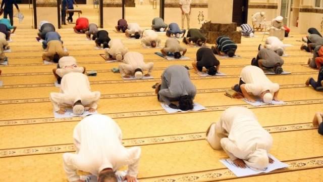 https: img.okezone.com content 2020 07 02 614 2240054 107-hari-sholat-di-rumah-ini-respons-muslim-dubai-kembali-ke-masjid-OpHfcci0uc.jpg